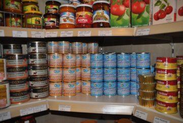 Wydawanie żywności z CARITAS