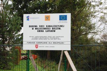 Tablica informacyjna znajdująca się w miejscowości , w której realizowany jest projekt